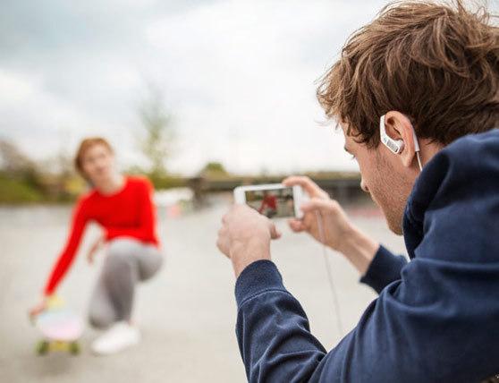 Auriculares que te permiten escuchar tu entorno